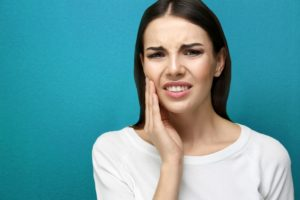 What causes tooth pain?